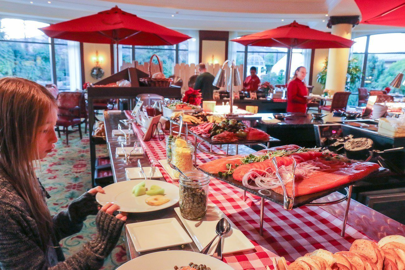 Four Seasons Hotel Westlake Village offers a Farmer's Market breakfast on weekends featuring local produce and organic dairy via interactive stations.