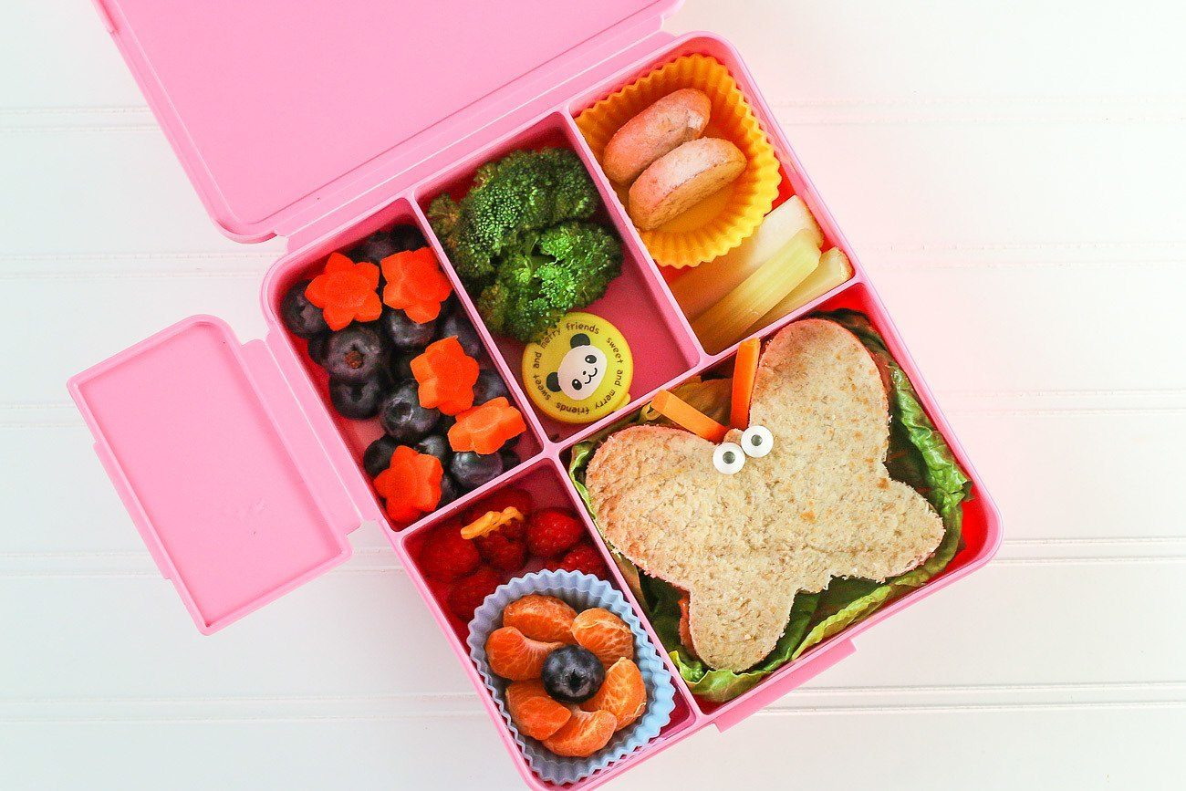 It's day 4 of Sandwich Week here on the Eats Amazing blog – every day this week I'm bringing you new quick and easy fun sandwich ideas for kids, all of which are perfect for popping in a bento box or lunch box ready for back to school.. Today I'm sharing a quick video tutorial for 4 different fun sandwich ideas!