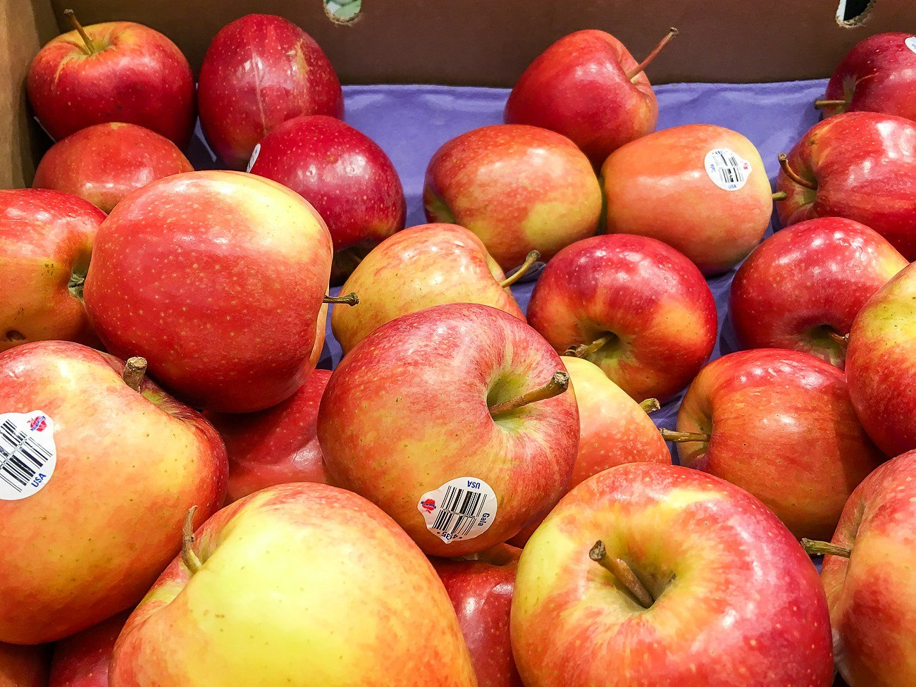 Fresh apples at Aldi grocery store in Vista