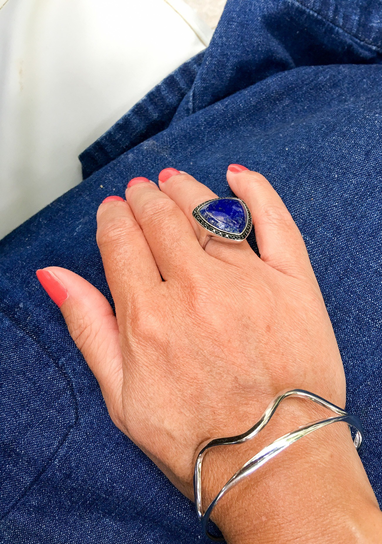 It is easy to pair lapis lazuli with basics like denim and a white t-shirt.