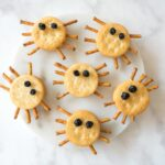 Looking for a healthy Halloween snack for kids? Try these easy spider crackers.
