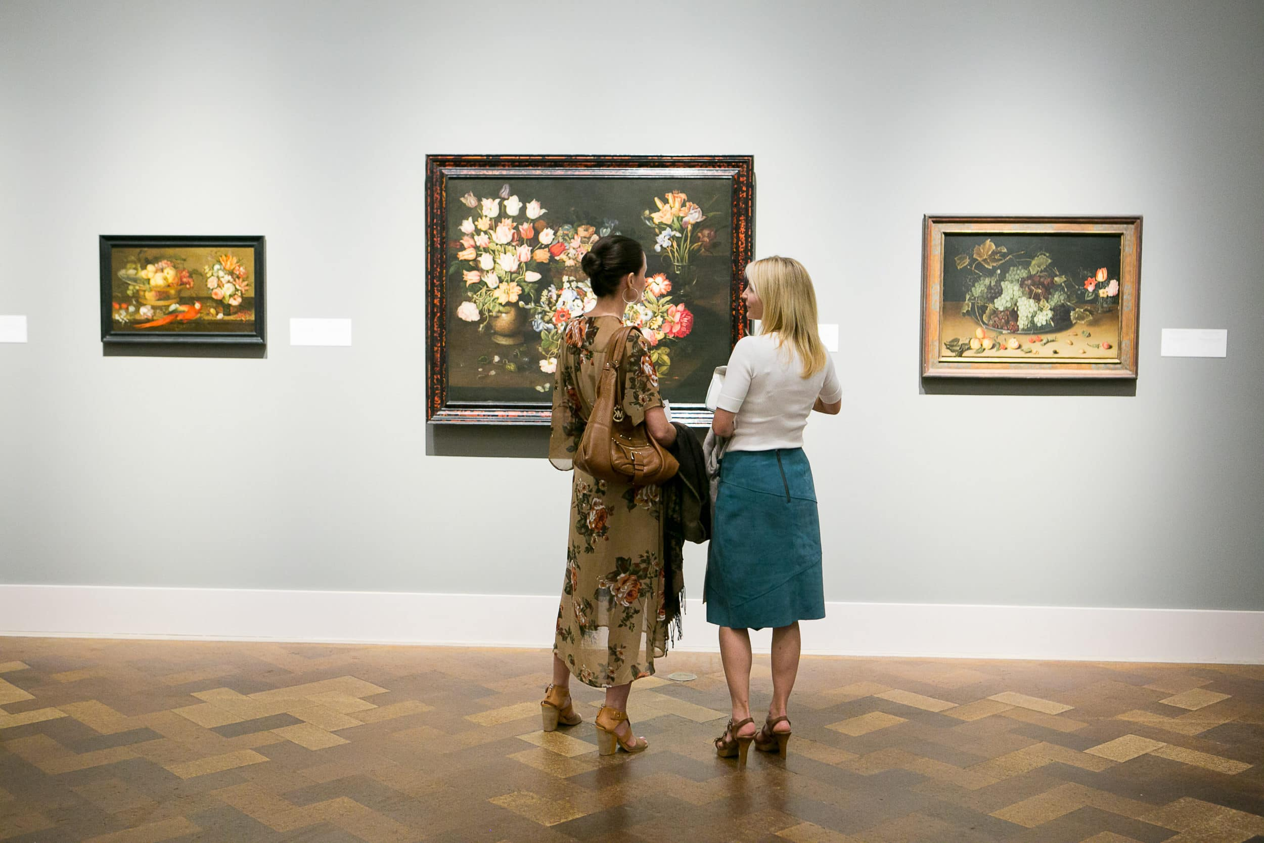 Deux femmes admirent l'art à l'intérieur du musée d'art de San Diego.