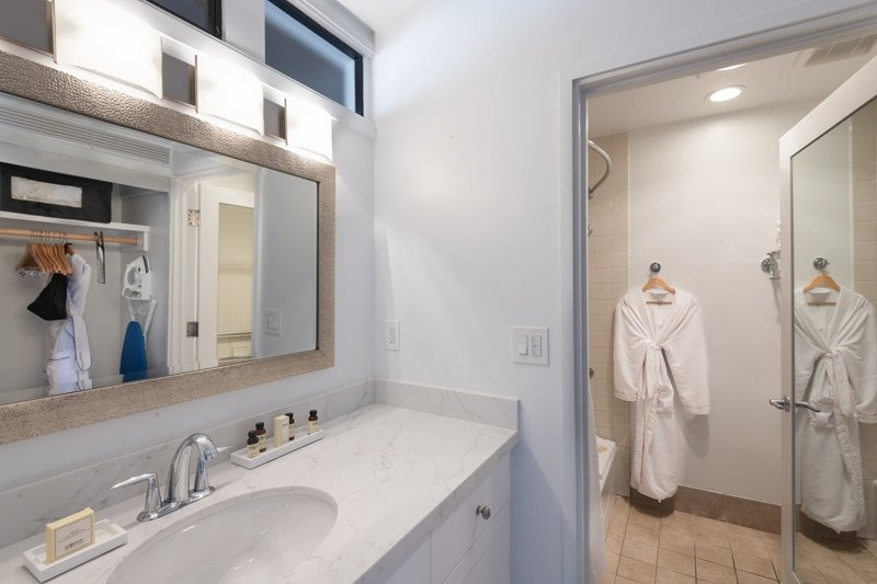 La Jolla Shores Hotel: La Jolla Suite bathrooms