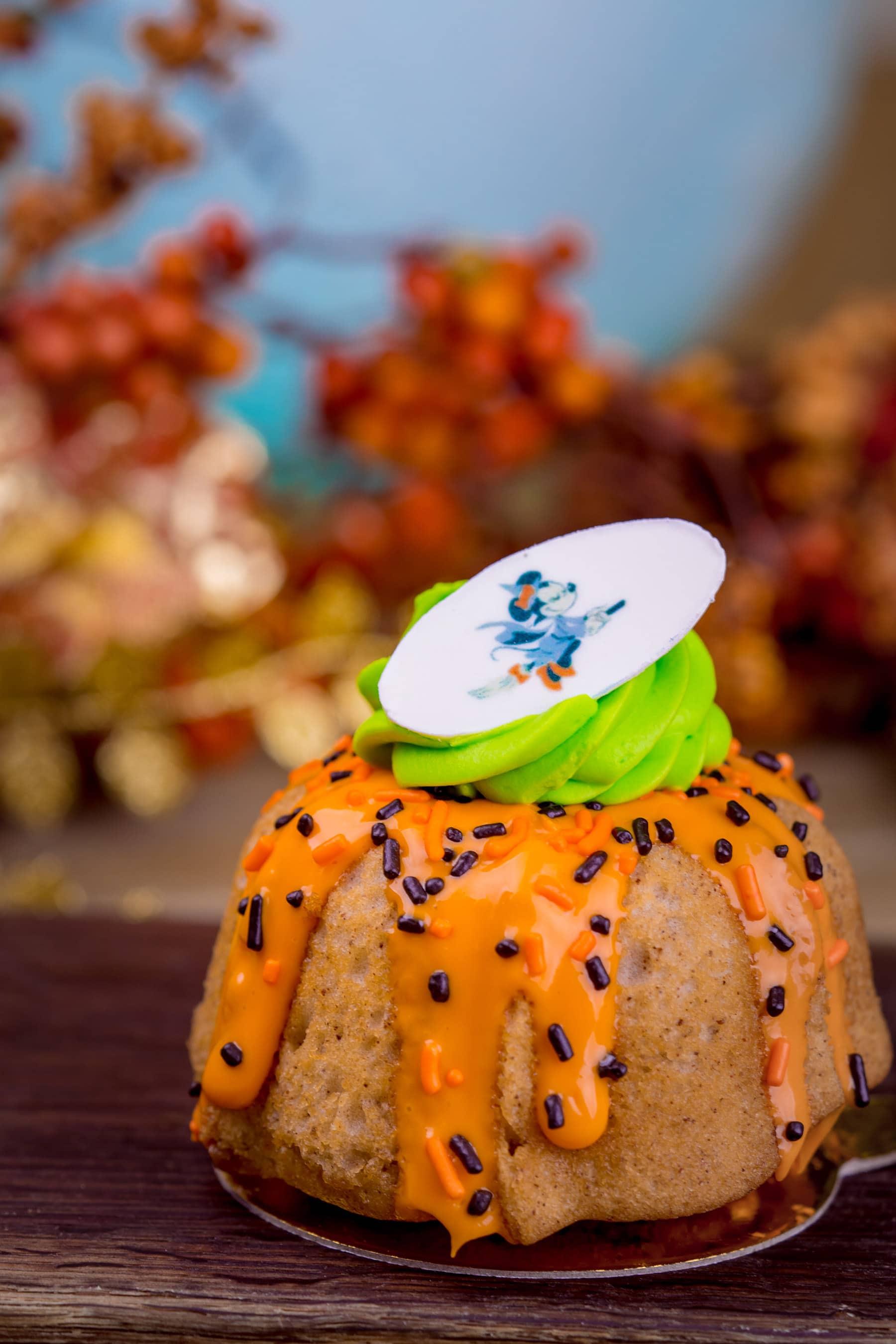 Halloween Minnie Mouse cinnamon cake