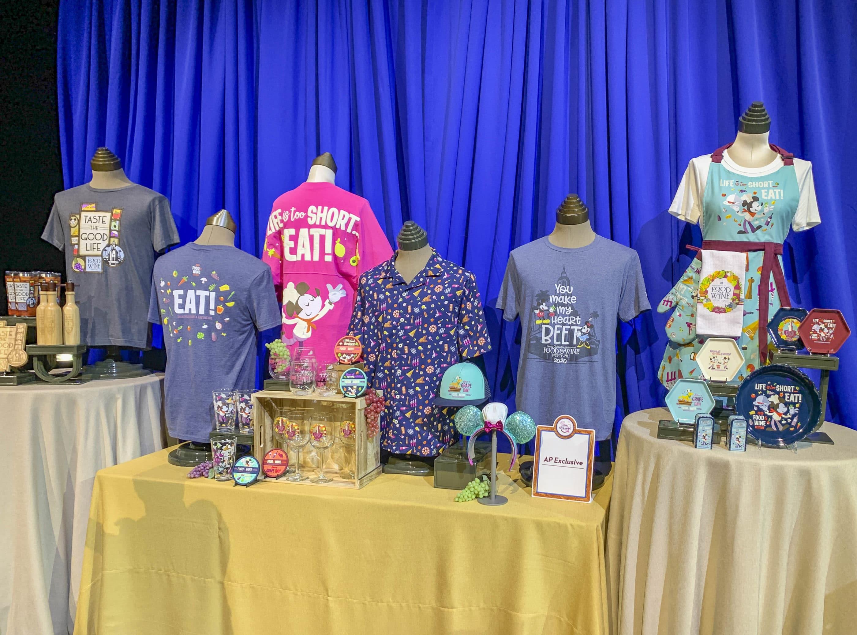 Marchandises Disney California Adventure Food and Wine sur une table, des T-shirts aux gadgets à vin.