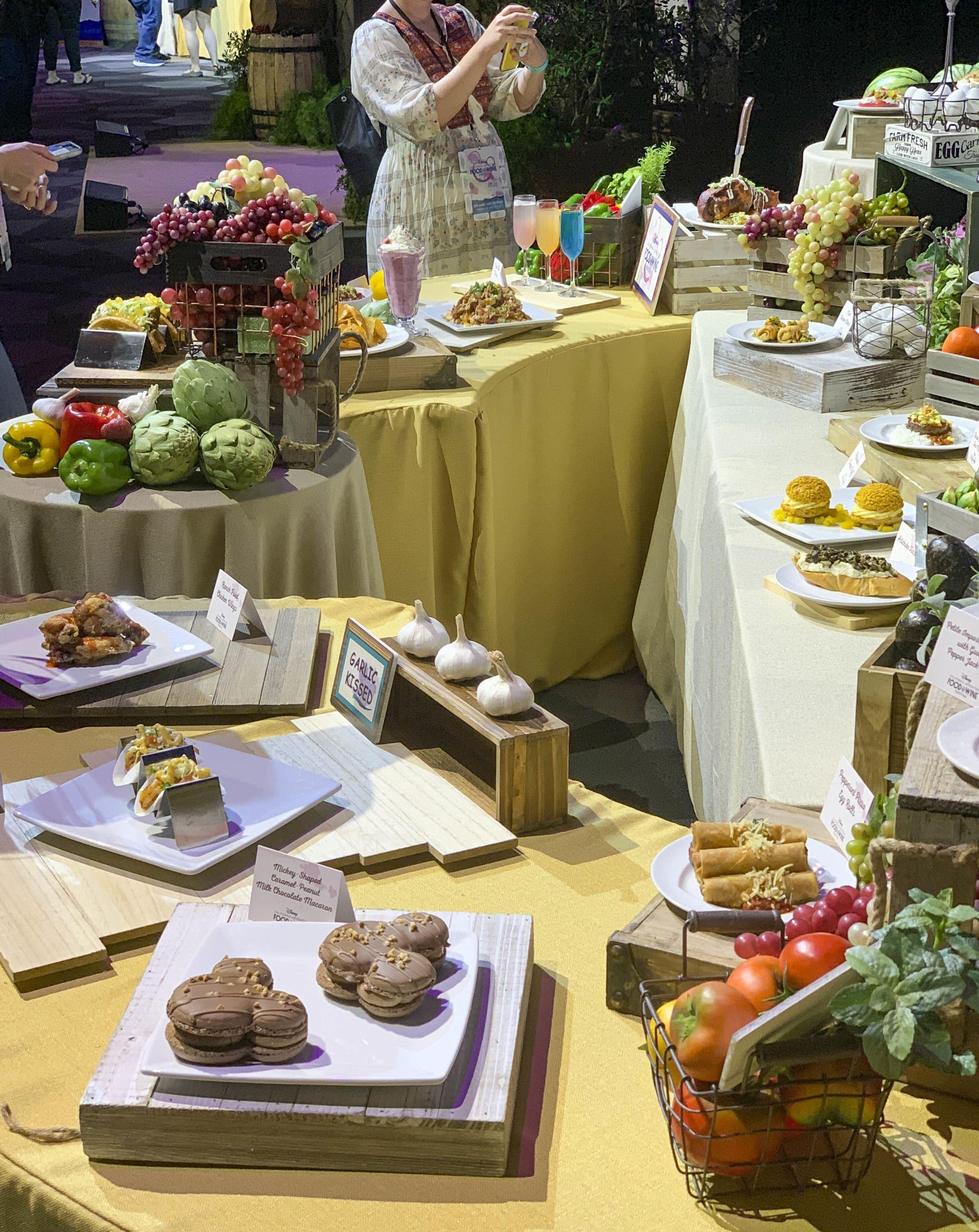 Une table remplie de tous les plats proposés au festival lors de son événement de présentation des médias.