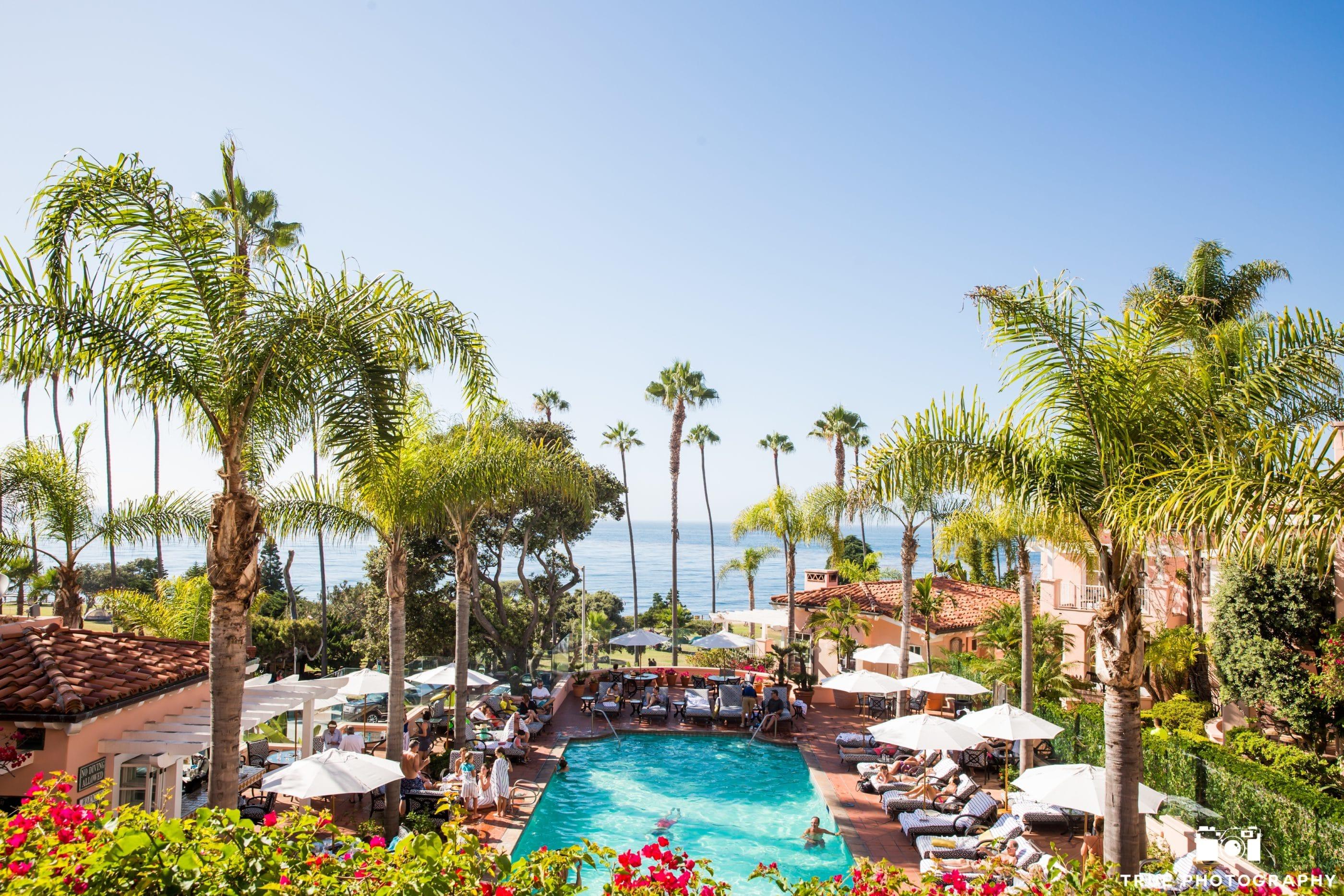 La piscine de La Valencia entourée de chaises longues, surplombe la crique de La Jolla.