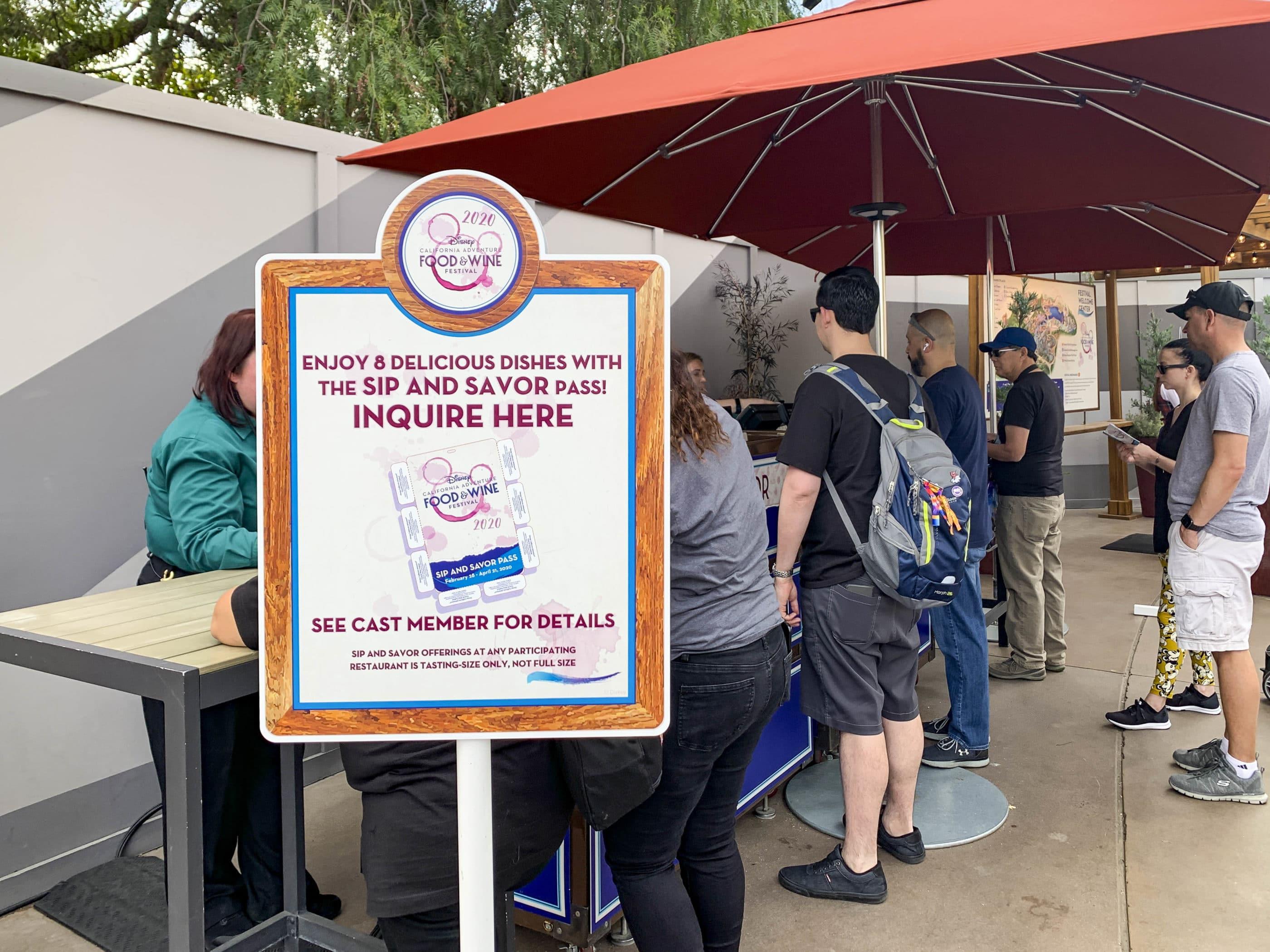 Les gens font la queue pour acheter le pass Sip and Savor au festival.