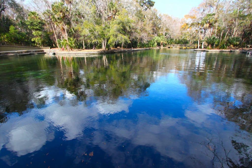 Les nuages se reflètent sur les eaux du parc d'État de Wekiwa Springs, dans le centre de la Floride.