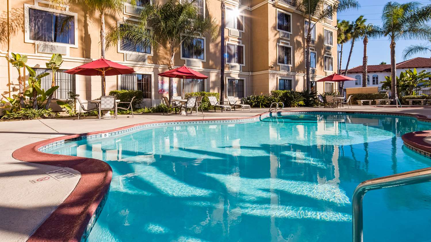The swimming pool at Best Western Escondido hotel near San Diego Zoo Safari Park