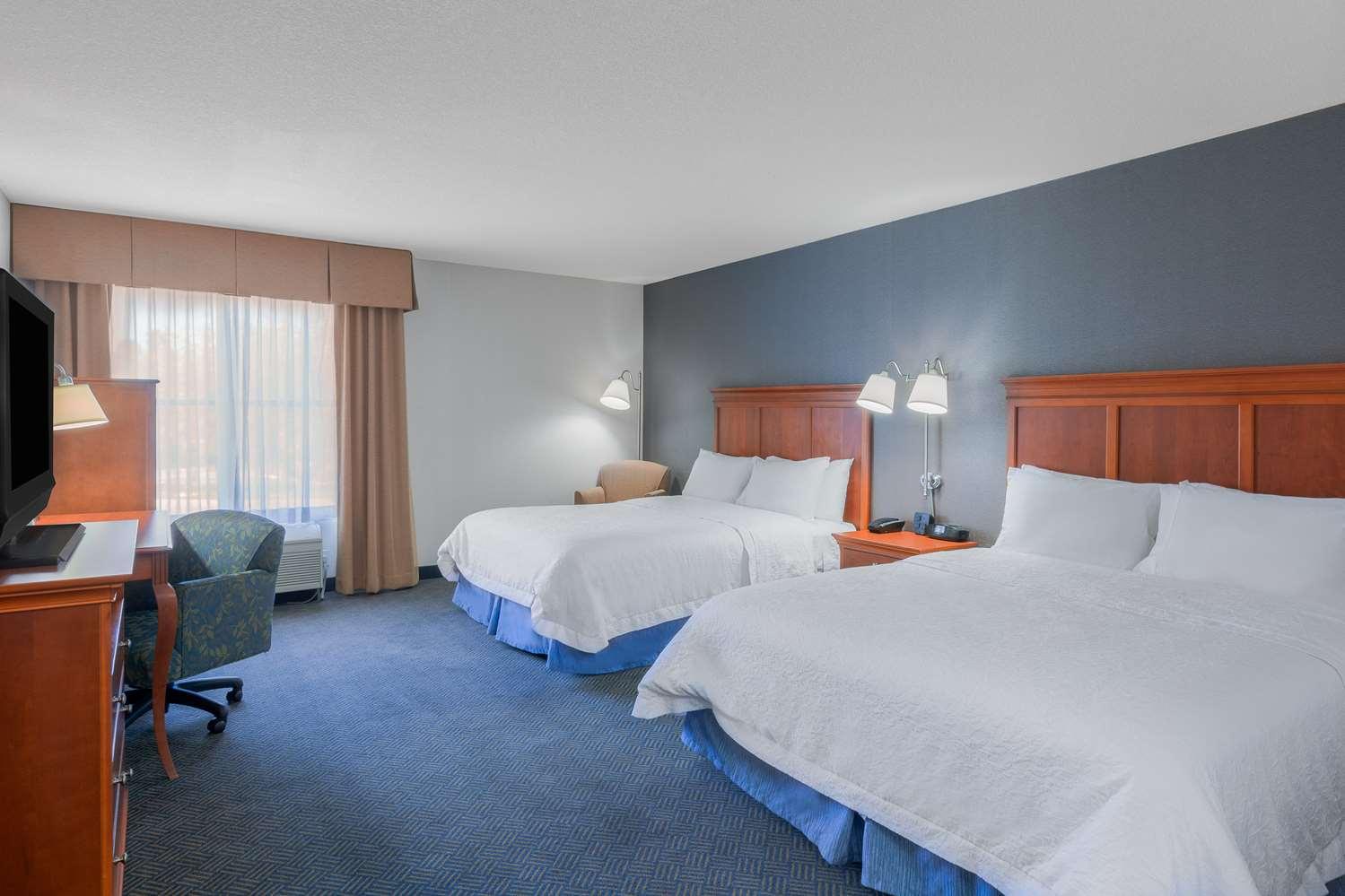 Double bed room Hampton Inn and Suites by Hilton San Marcos near San Diego Zoo Safari Park.