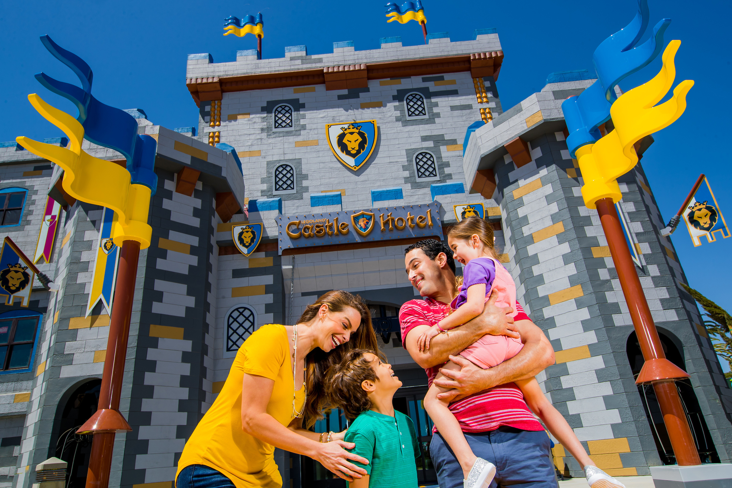A family gathers in front of LEGOLAND Caslte Hotel
